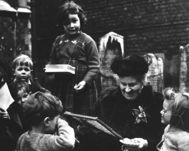 Maria-Montessori-w-Children